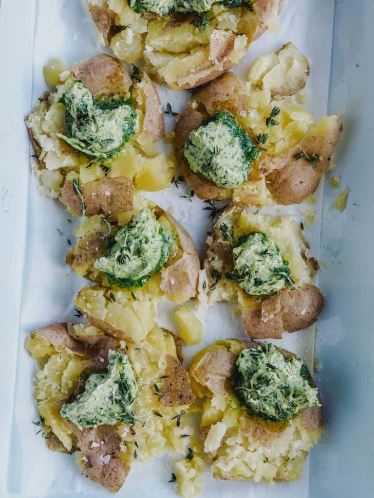 Knuste kartofler med hvidløgssmør og parmesan opskrift