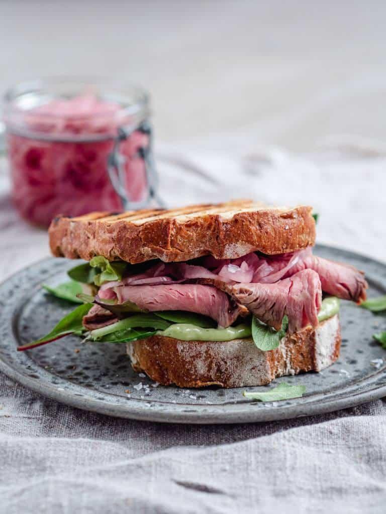 Steak sandwich med estragonmayo og syltede rødløg