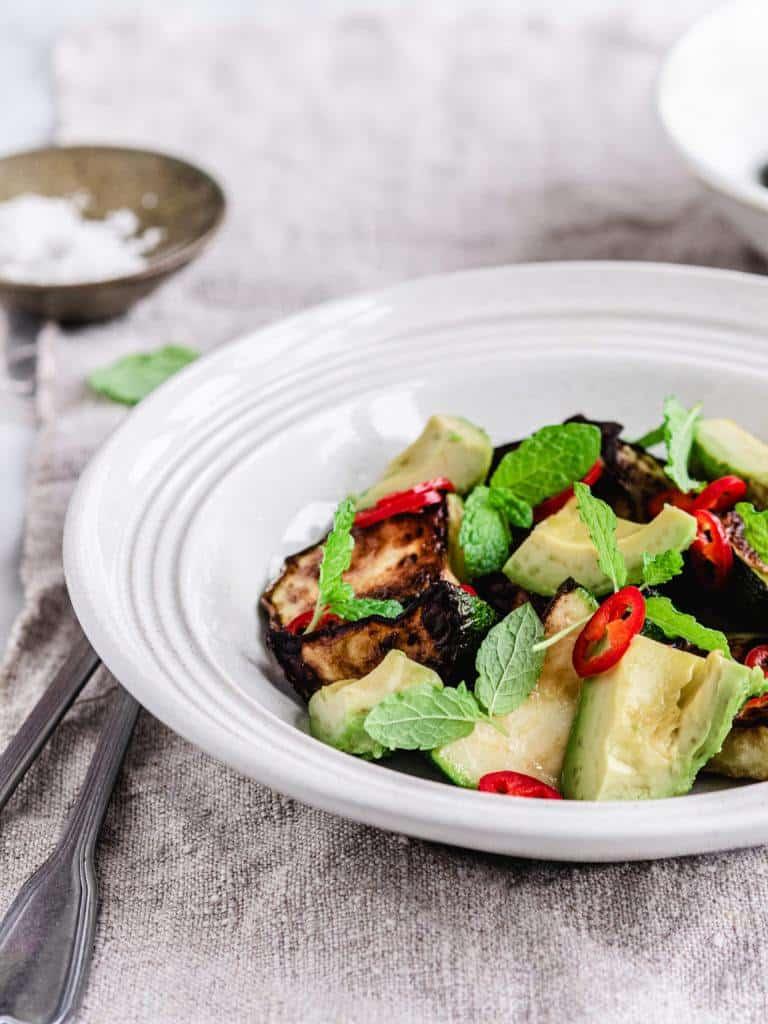 Grillet squash salat med avocado