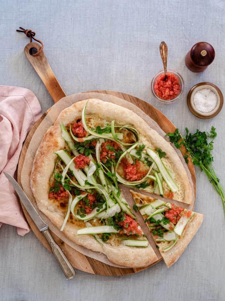 Hvid Pizza med stenbiderrogn og asparges