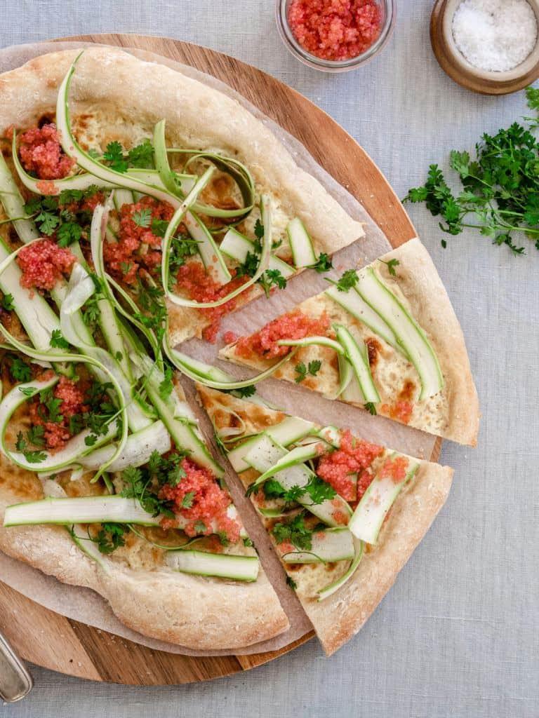 Pizza med stenbiderrogn, asparges og urter-6