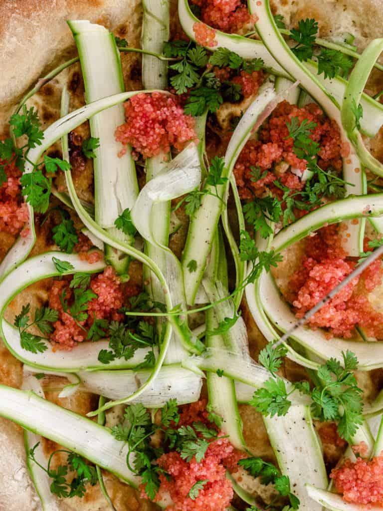 Pizza med stenbiderrogn og asparges-1