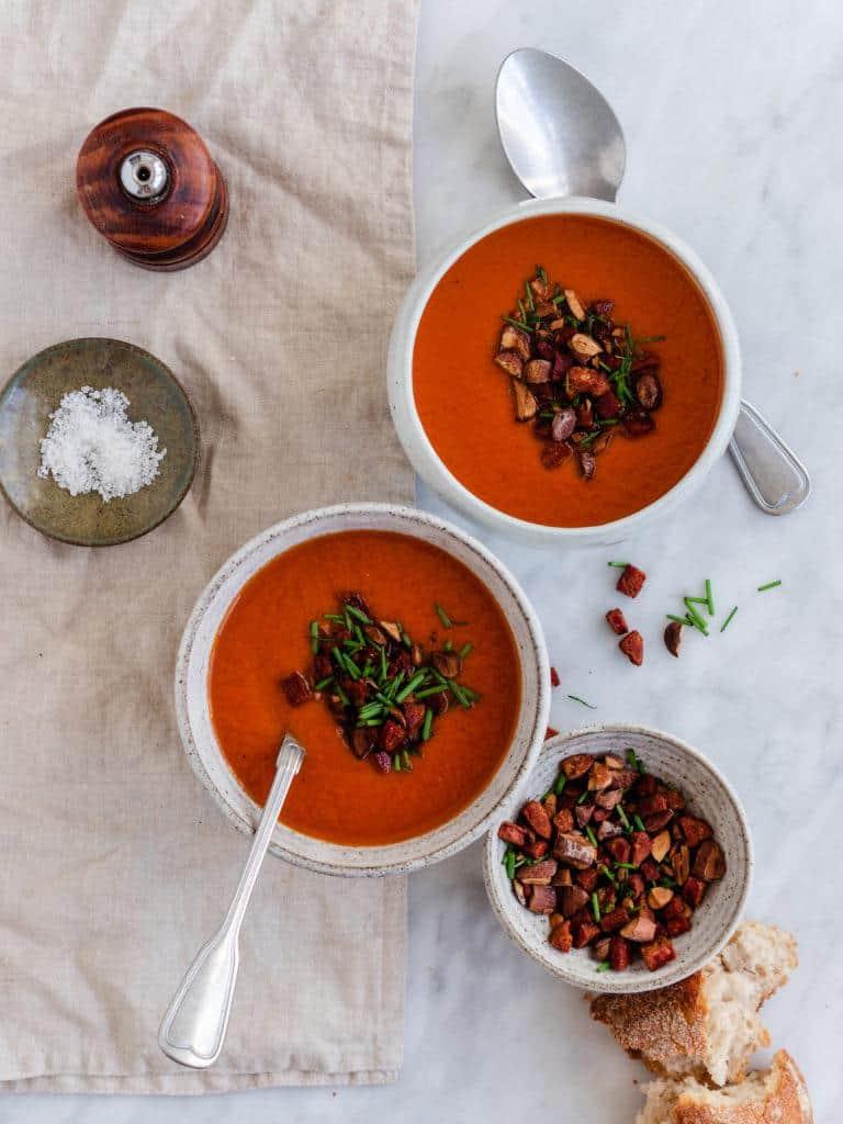 Rød peberfrugtsuppe med chorizoknas