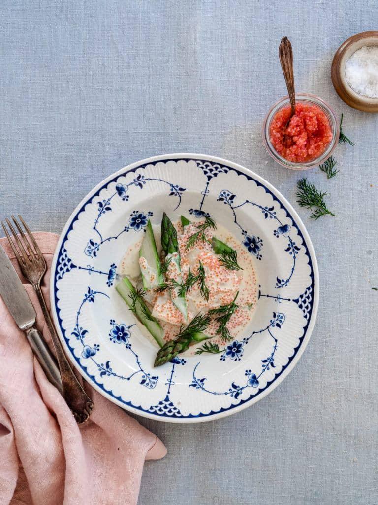 bagt torsk med asparges og rygeostsauce