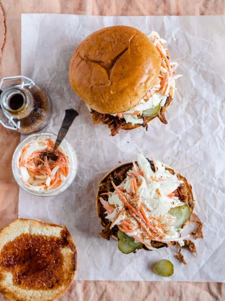 Pulled pork burger med coleslaw og bbq