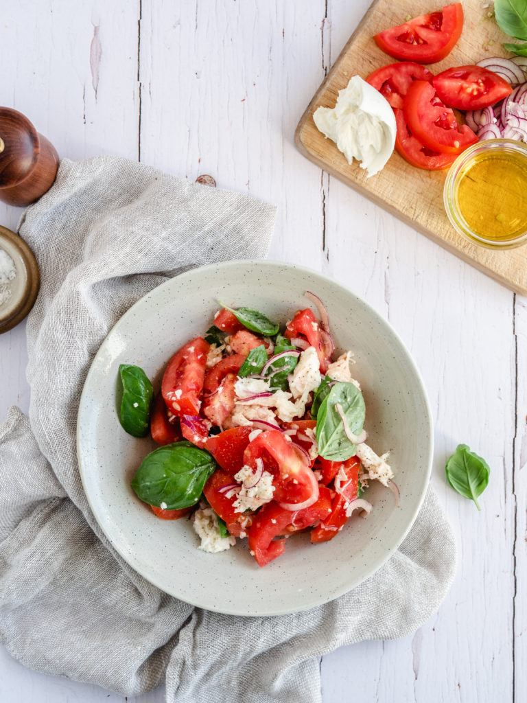 Tomatsalat med rødløg og basilikum