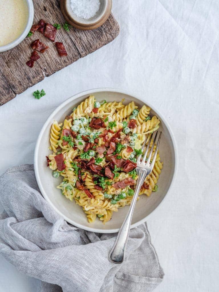 opskrift på Pastasalat med kylling, bacon og karrydressing