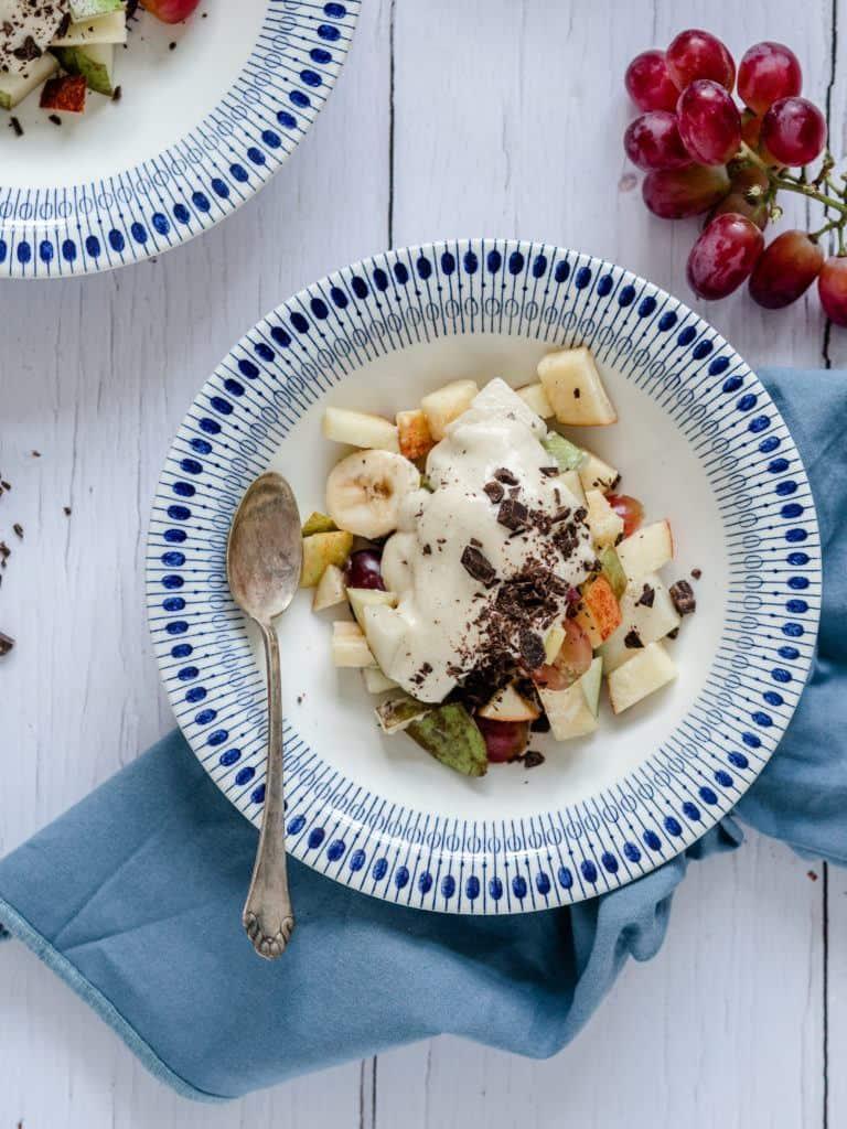 vaniljecreme og frugtsalat med flødeskum og æggesnaps