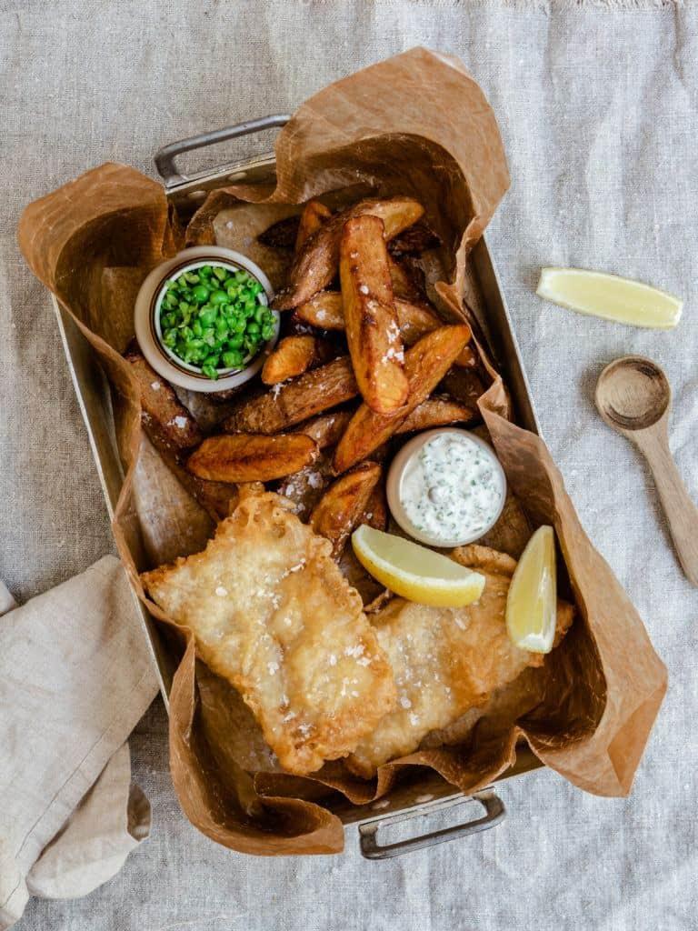 Fish and chips med tilbehør