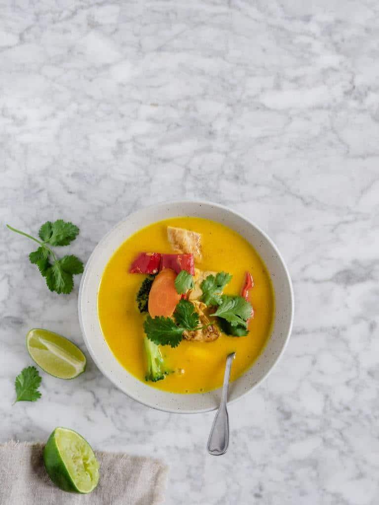 Karrysuppe med grøntsager og kylling