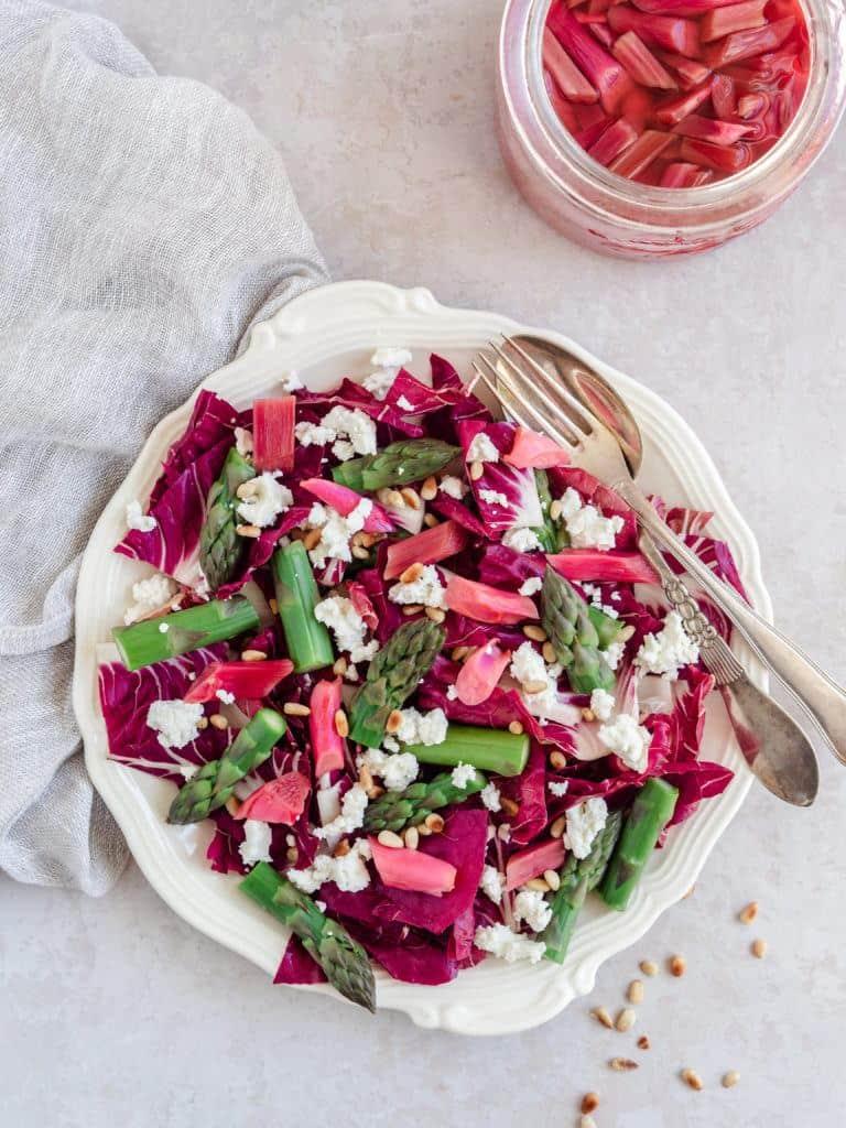 Salat med råmarinerede rabarber
