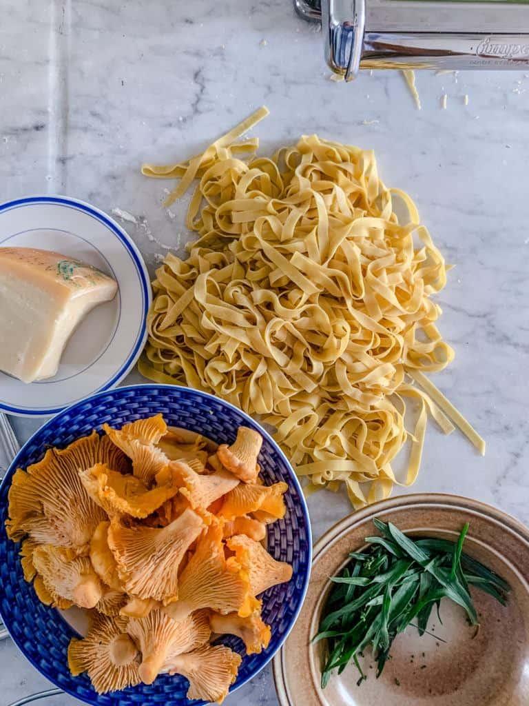 Ingredienser til pasta med kantareller