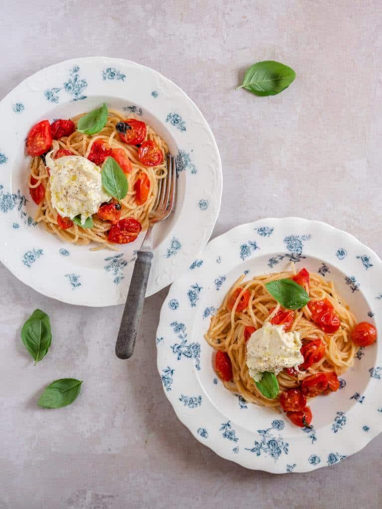 Pasta med bagte tomater og burrata