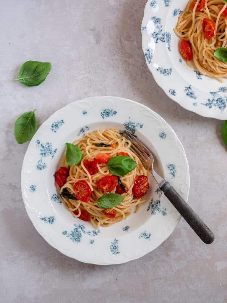 Spaghetti med bagte tomater og burrata
