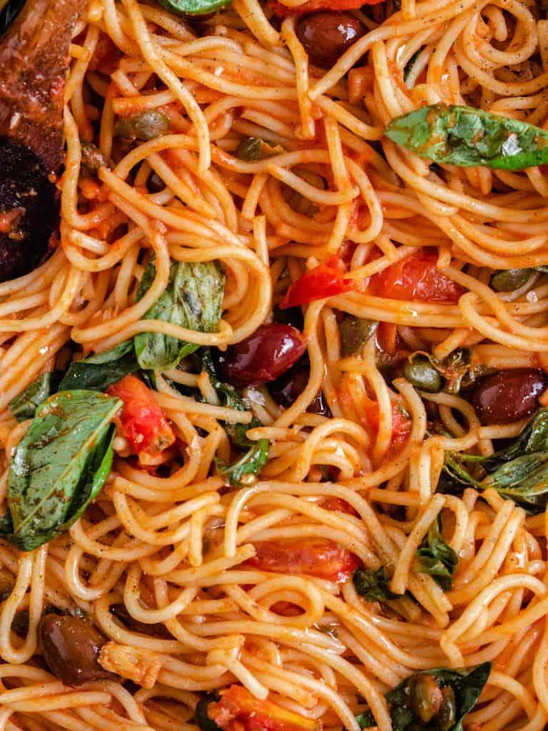 spaghetti med tomater, oliven, kapers og ansjoser