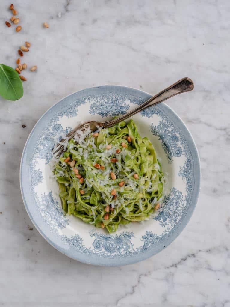 Den bedste pasta pesto med grøn pesto sauce og ristede pinjekerner