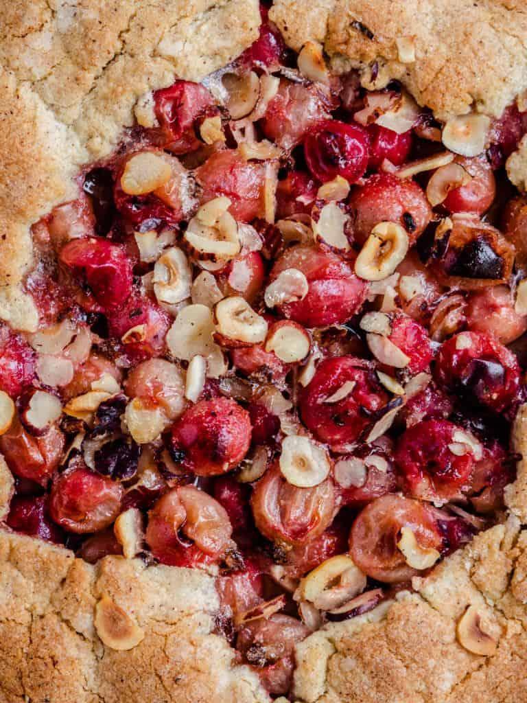Galette med stikkelsbær og hasselnød