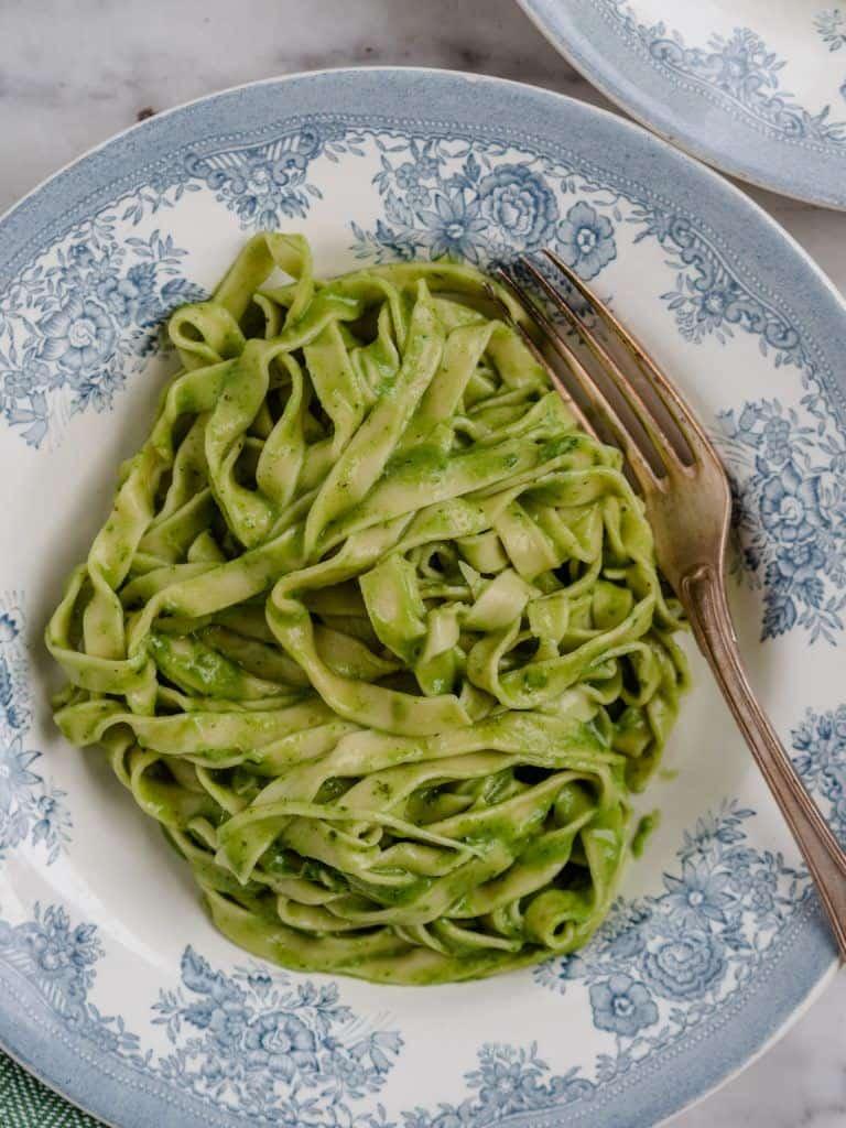 Opskrift på hjemmelavet pasta med pesto