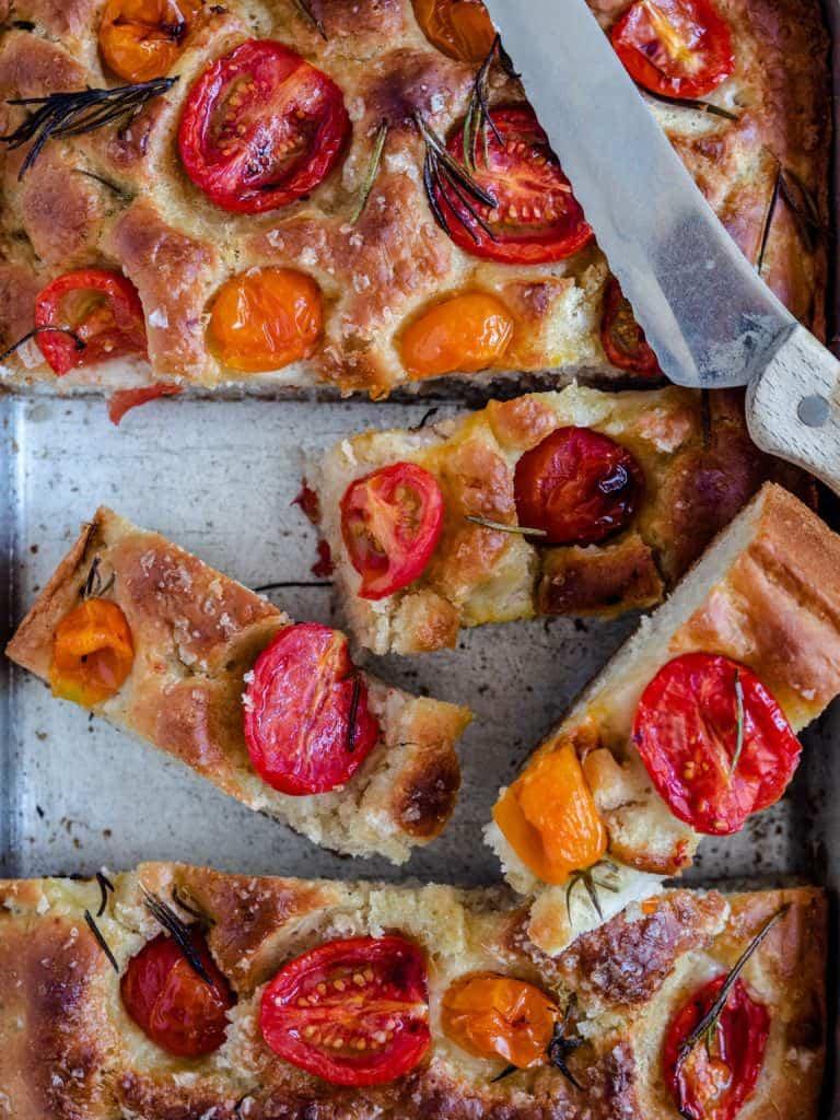 Foccacia med tomat og rosmarin