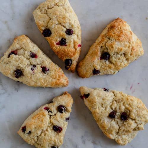 scones med blåbær