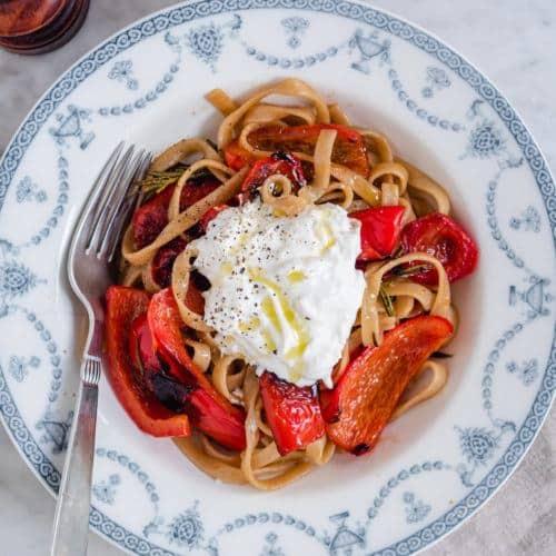 pasta med stegte peberfrugter og burrata
