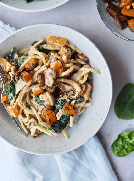 Cremet pasta med spinat, græskar og svampe