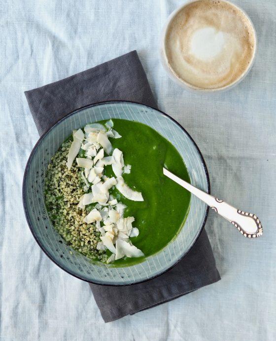Grøntsagssmoothie med frisk basilikum og lime