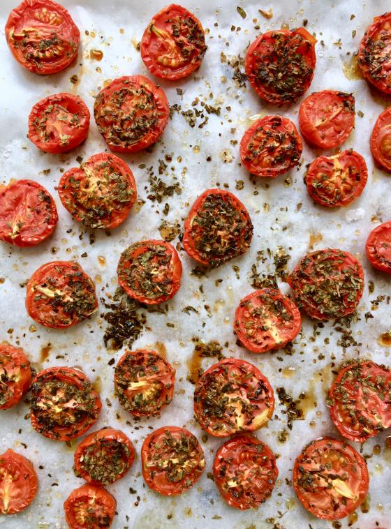 Ovnbagte cherrytomater med krydderurter