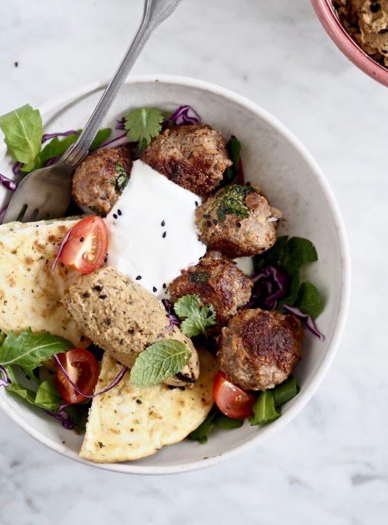 Lamme meatballs med auberginehummus
