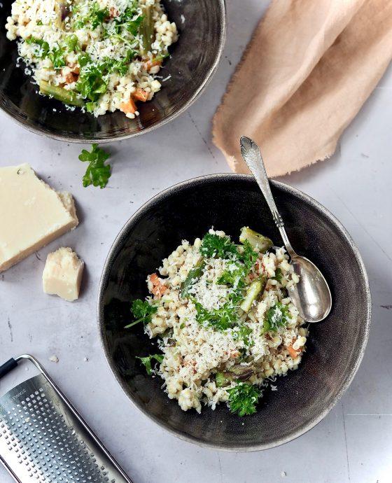 Perlebygotto med asparges og gulerødder