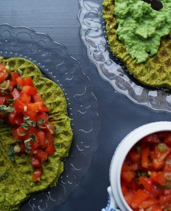 Falafel vaffel med salsa og ærtedip