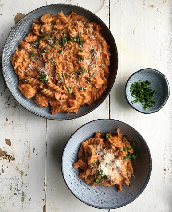 One pot pasta i cremet tomatsauce med kylling og spinat
