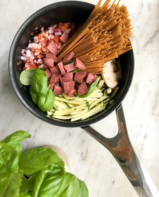 One pot pasta med chorizo, svampe og squash