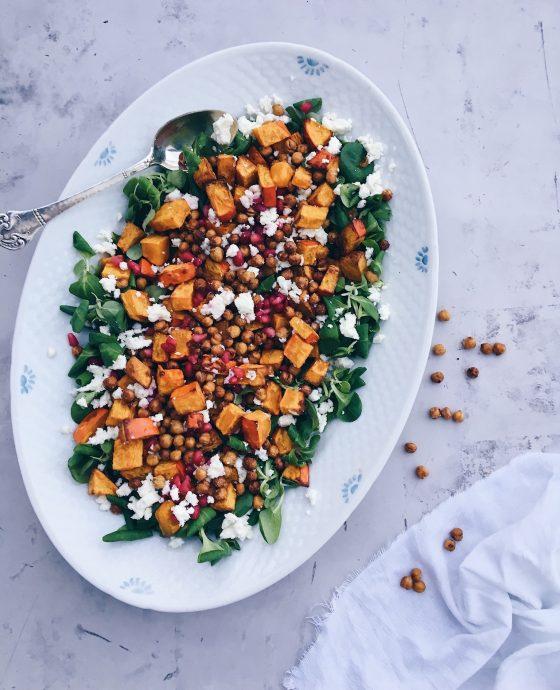 Græskarsalat med kikærter, granatæble og feta