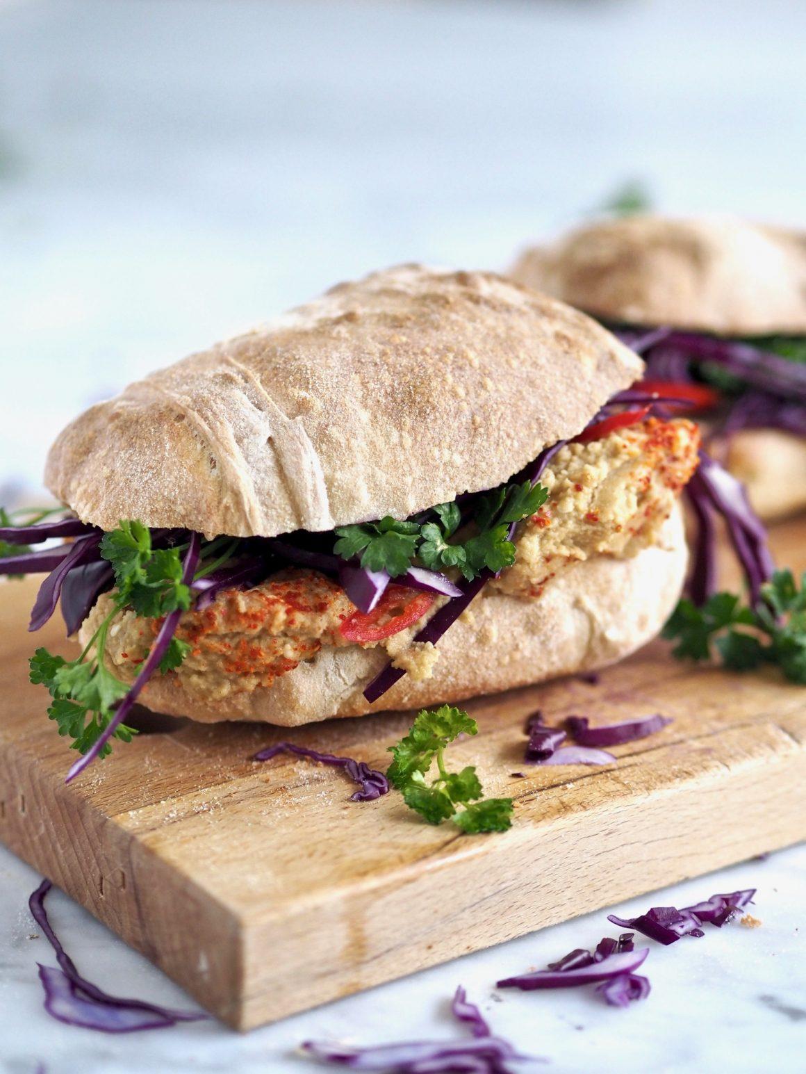Vegetarisk sandwich med chilihummus