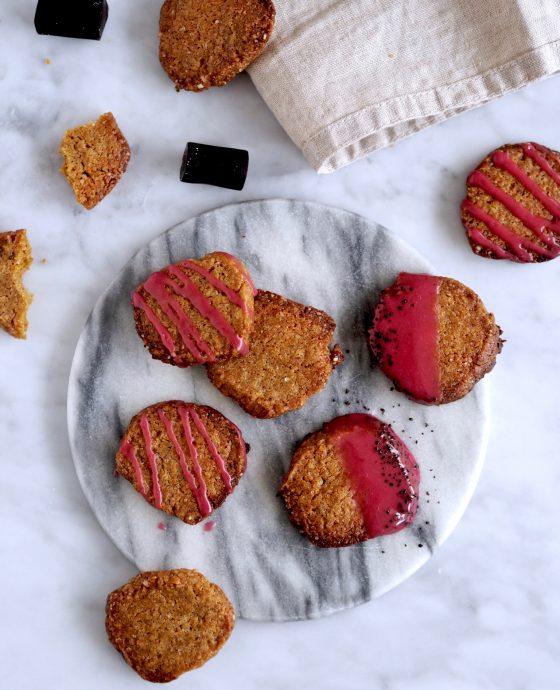 Lakrids småkager med syrlig kirsebærglasur